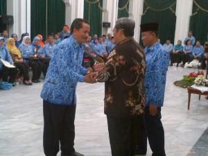 Kepala SMAN 3 Kuningan menerima penghargaan dari Gubernur Jawa Barat