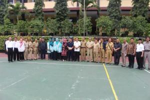 MKKS SMA/SMK Kab Cirebon berpose bersama Kep SMAN 3 Kuningan di depan Vertical Garden