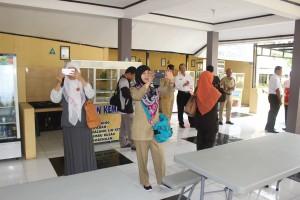Rombongan Cirebon sedang asyik foto-foto di Kantin Sehat SMAN 3 Kuningan