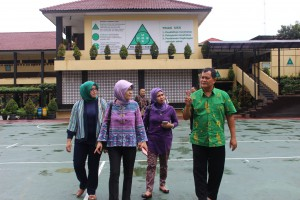 Tim Adiwiyata SMAN 3 Kuningan sedang menjelaskan program Adiwiyata/SBL dan sekolah sehat SMAN 3 Kuningan kepada rombongan BPLH Kab Bandung