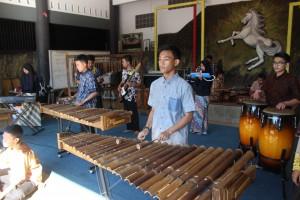 Seni Musik Arumba dan Angklung