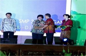 Kepala SMAN 3 Kuningan menerima penghargaan dari Kementrian Lingkungan Hidup sebagai sekolah SBL/Adiwiyata Nasional tahun 2015