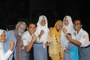 Anggota Eskul Teater SMAN 3 Kuningan berfose dengan para tokoh utama