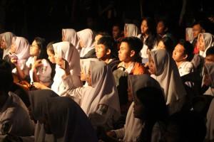 Siswa SMAN 3 Kuningan asyik, serius, menyenangkan menonton pementasan drama dari Teater Sado Kuningan