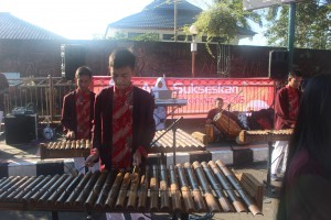 Tim Arumba Angklung SMAN 3 Kuningan sedang Tampil pada acara sosialiasi sensus ekonomi
