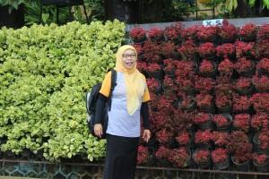 Salah satu kepala sekolah dari Kabupaten Bandung sedang menikmati indahnya vertical garden SMAN 3 Kuningan