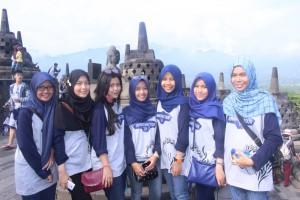 Para Siswa berpose di puncak Candi Boro Budur