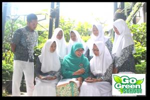 Gerakan Liteasi bersama Ibu Netty Heryawan di Taman Literasi SMANTIKA