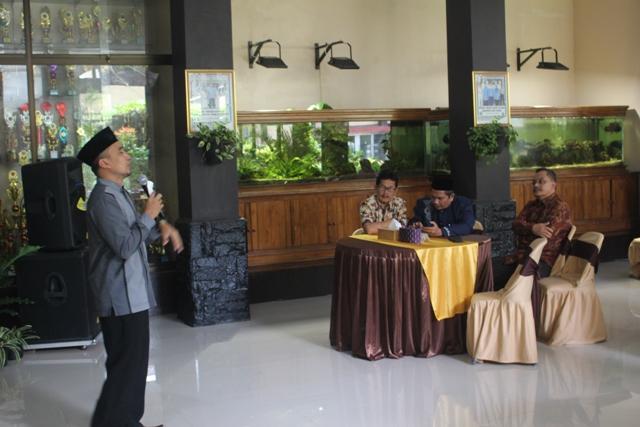 Drs. H. Ugin Lugina, M.Pd. sedang memberikan ceramah