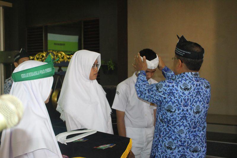 Penyematan Tanda Peserta MPLS berbasis kearifan budaya lokal
