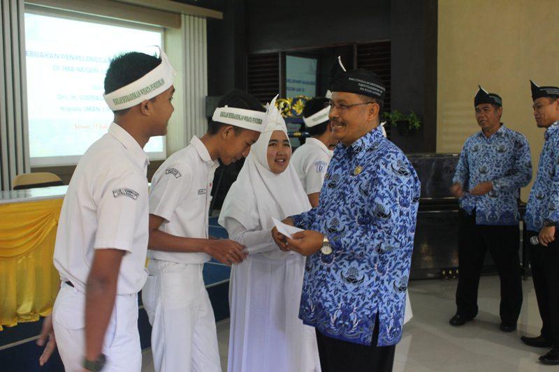 Pemberian Penghargaan Kepada Peserta MPLS dari Kepsek