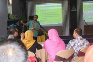 Ketua Tim Pelaksana Adiwiyata SMAN 3 Kuningan (Sumarno, M.Pd.) sedang memberikan penjelasan